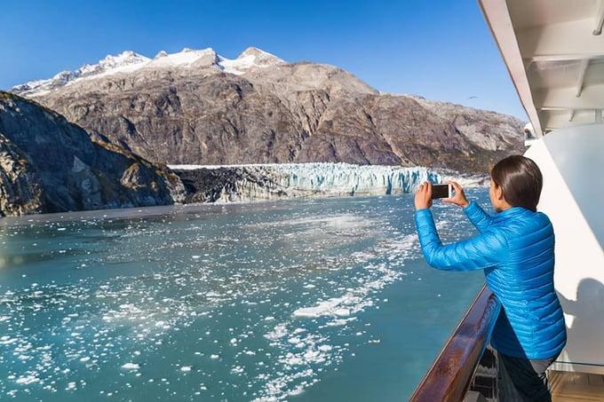 Alaska-cruise-tourist-sightseeing-glacier
